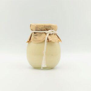 Chrzan tarty z dodatkiem cytryny w szklanym słoiczku.