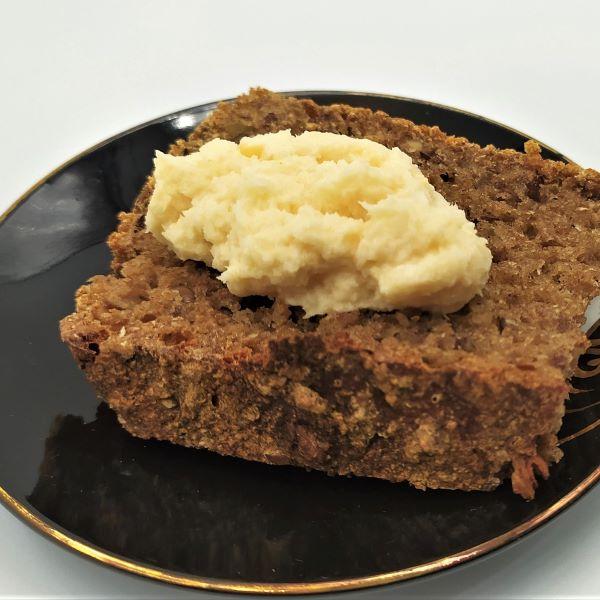 Chrzan tarty na kromce chleba