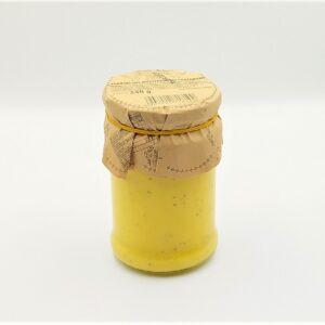 Sos musztardowy w kolorze żółtym o słodko ostrym smaku w szklanym słoiczku