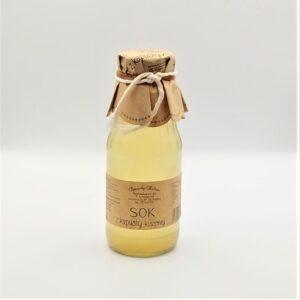 Sok z kapusty kiszonej w szklanej butelce z etykietą.