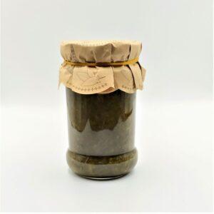 Liście szczwiu w formie przecieru zawarte w szklanym słoiku.